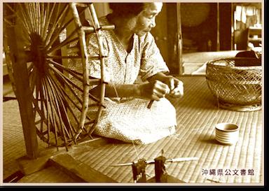 芭蕉布を紡ぐ女性の写真