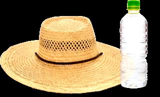 麦わら帽子とペットボトルの水